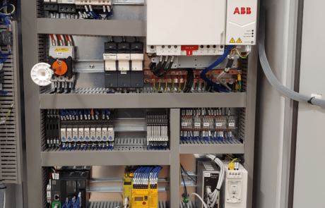Quadro con inverter, PLC e configuratore di sicurezza